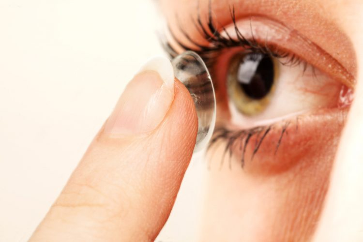 inserting-contact-lens